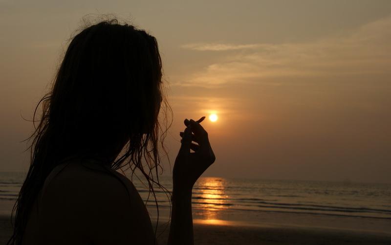 Открытка грустная девушка на закате